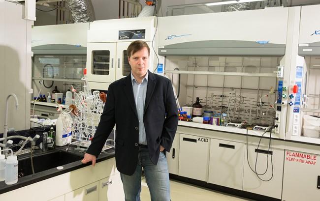 """바르토즈 그쥐보프스키 그룹리더는 UNIST에 위치한 첨단연성물질 연구단에 합류해 연구를 진행 중이다. 그는 """"24년의 미국 생활 후에 한국행을 결정했다. 한국의 역동적인 분위기와 빠른 과학 발전에 깊은 감명을 받았다""""고 말했다.  - UNIST 제공"""
